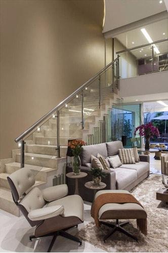 sala moderna com poltrona Charles Eames gelo