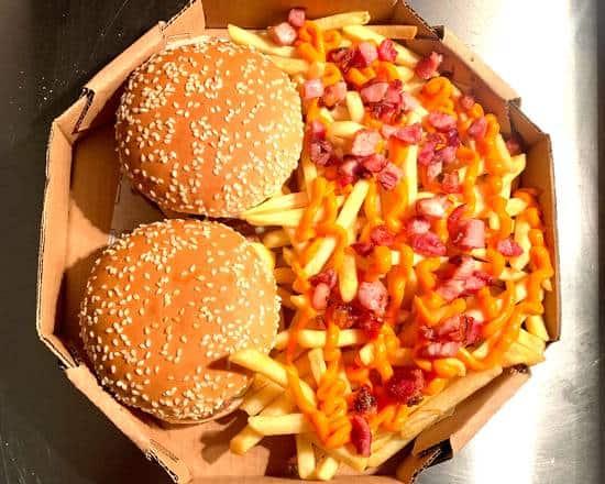 lanche na caixa de pizza com batata frita com cheddar