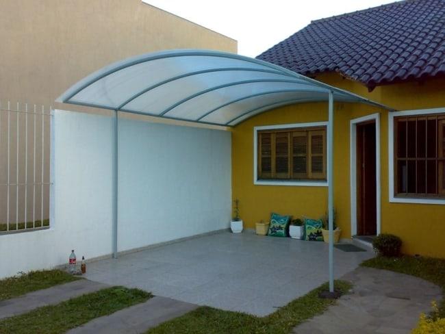 casa com garagem coberta de policarbonato