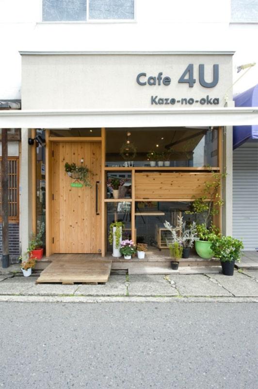 loja pequena com porta de madeira