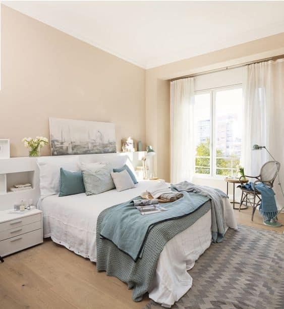 quarto com decoracao em cor areia e azul claro