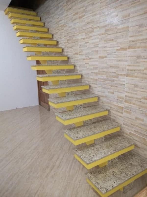 escada espinha de peixe de concreto com degrau em granito