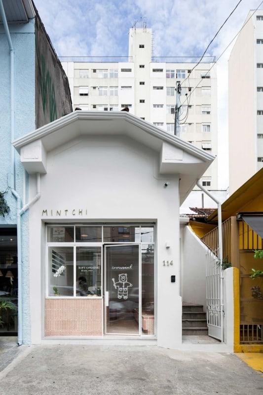 fachada de loja pequena com porta de vidro