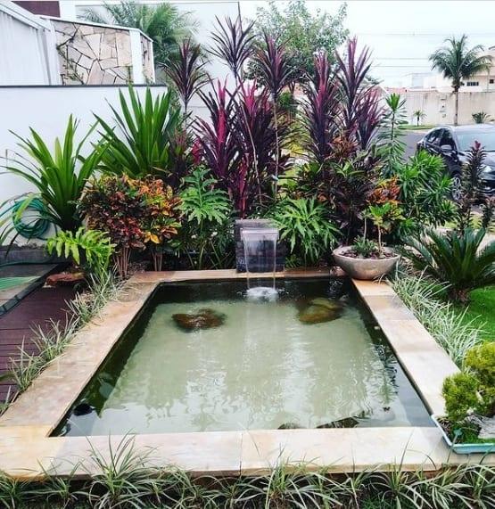 jardim pequeno com lago artificial e cascata moderna