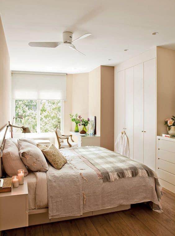 quarto de casal com paredes em cor areia