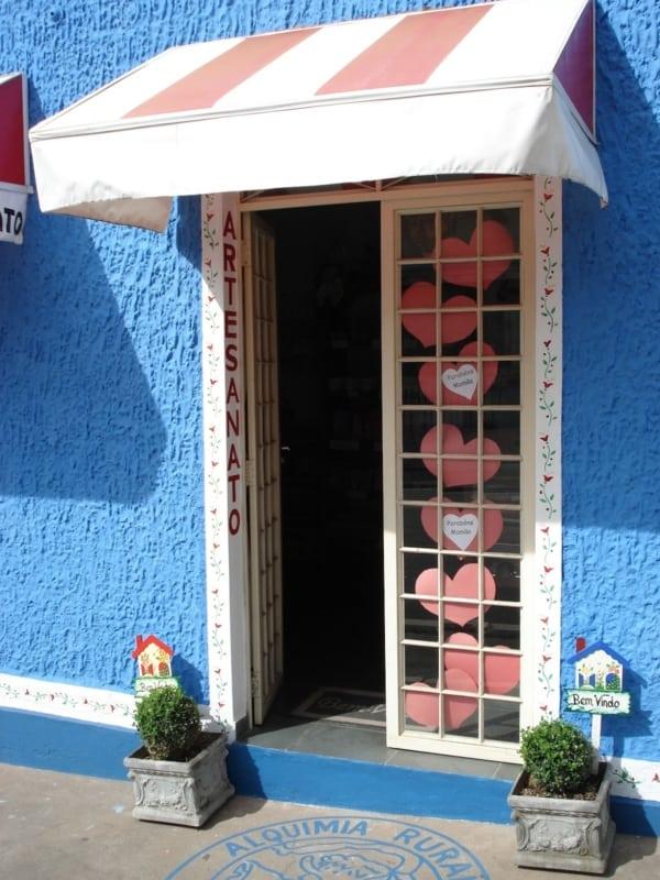 modelo de porta para fachada de loja pequena