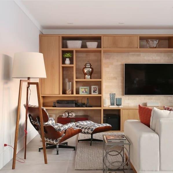 sala com poltrona Charles Eames estampada
