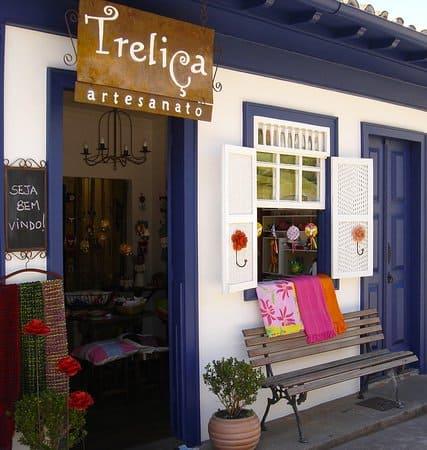 loja pequena com porta de duas folhas em madeira