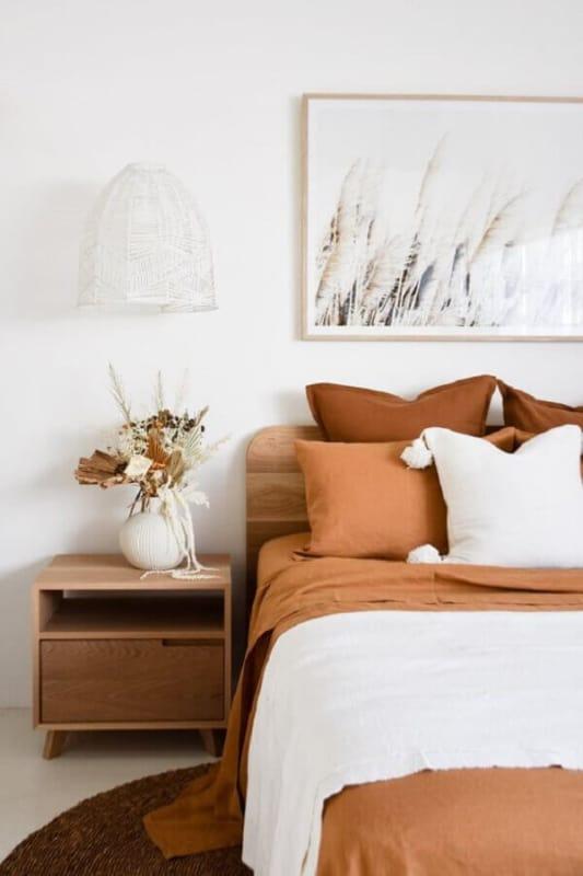 quarto com decoracao em branco e caramelo