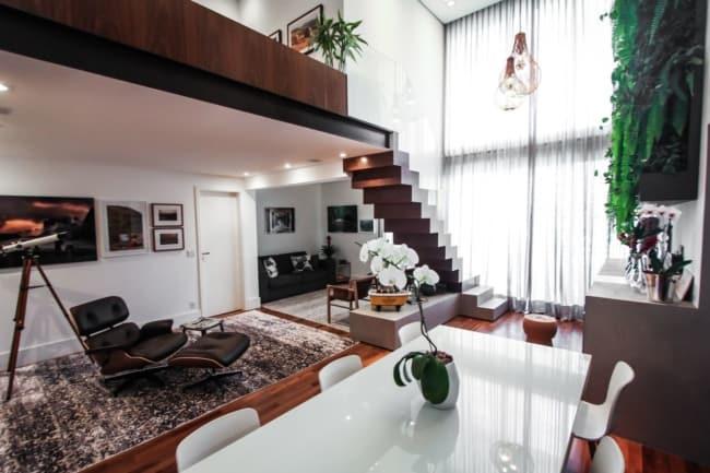 decoracao de sala com poltrona Charles Eames com puff preto
