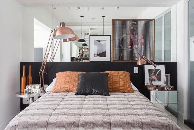 cama decorada com almofadas caramelo