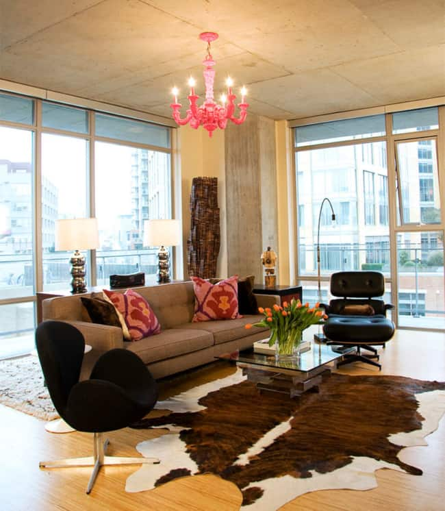 sala moderna com poltrona Charles Eames preta com puff