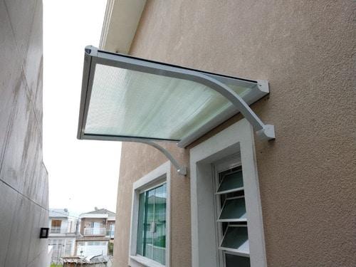 janela com toldo de policarbonato