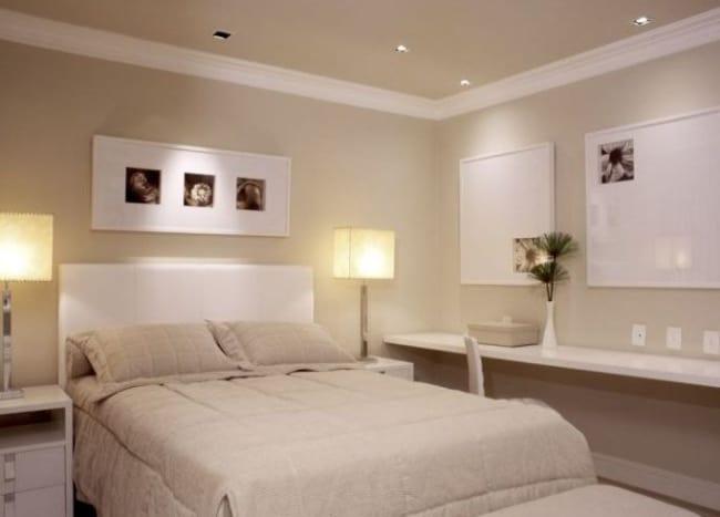 quarto de casal decorado em cor areia e branco