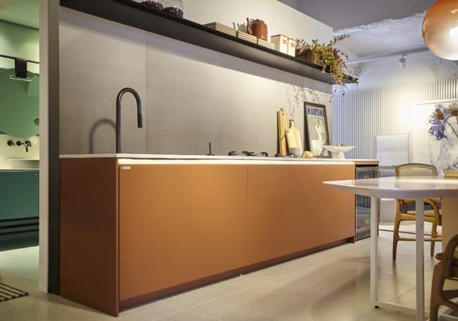 cozinha com armarios na cor caramelo