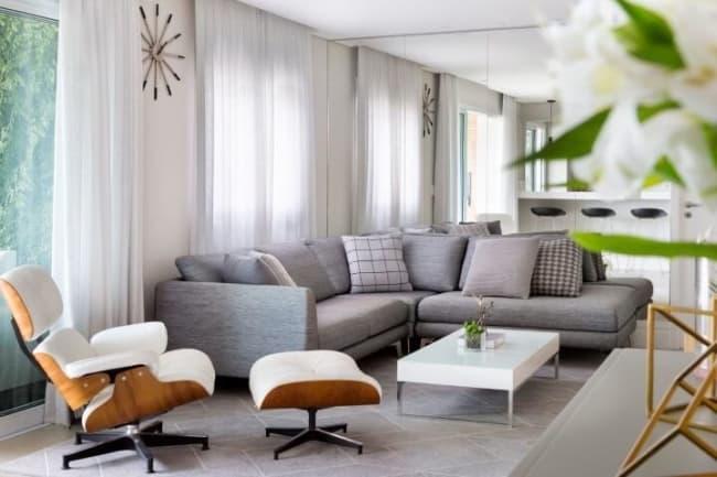 decoracao de sala com poltrona Charles Eames branca