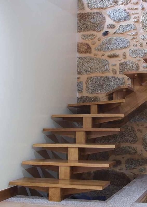 escada de madeira em L com viga central