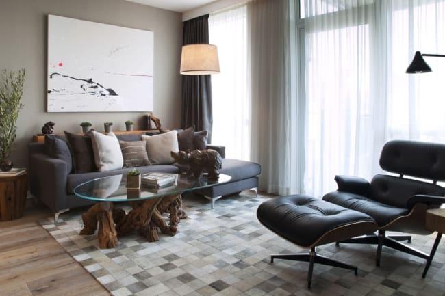 sala com poltrona Charles Eames e puff de couro preto