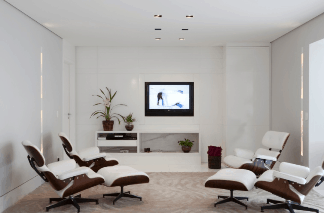 sala branca com poltronas Charles Eames
