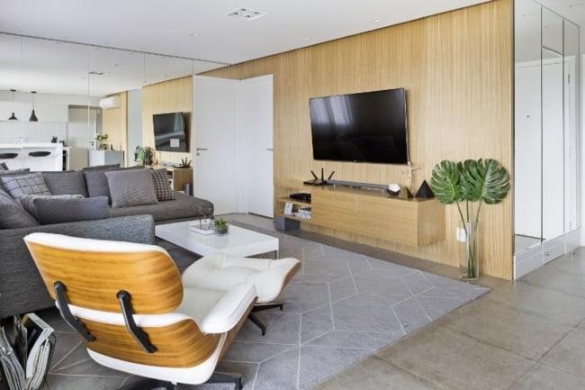 sala cinza com poltrona Charles Eames branca