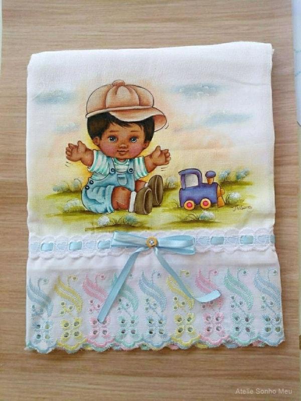 pintura de fralda com desenho de menininho
