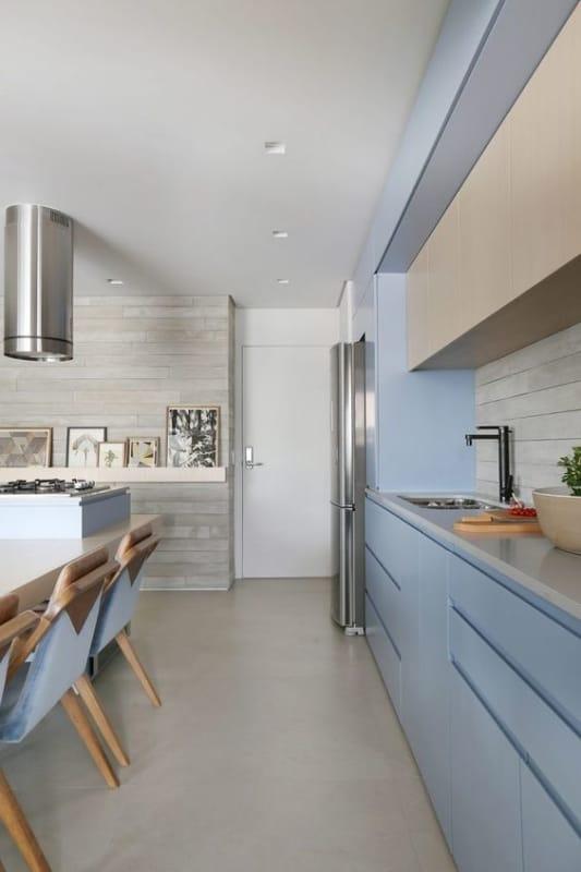 cozinha com armarios em cor areia e azul claro