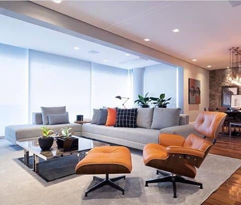 sala com sofa cinza e poltrona Charles Eames caramelo