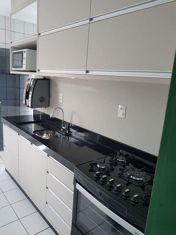 cozinha com armarios planejados em cor areia