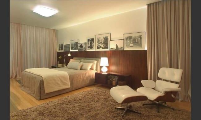 quarto de casal com poltrona Charles Eames branca com puff