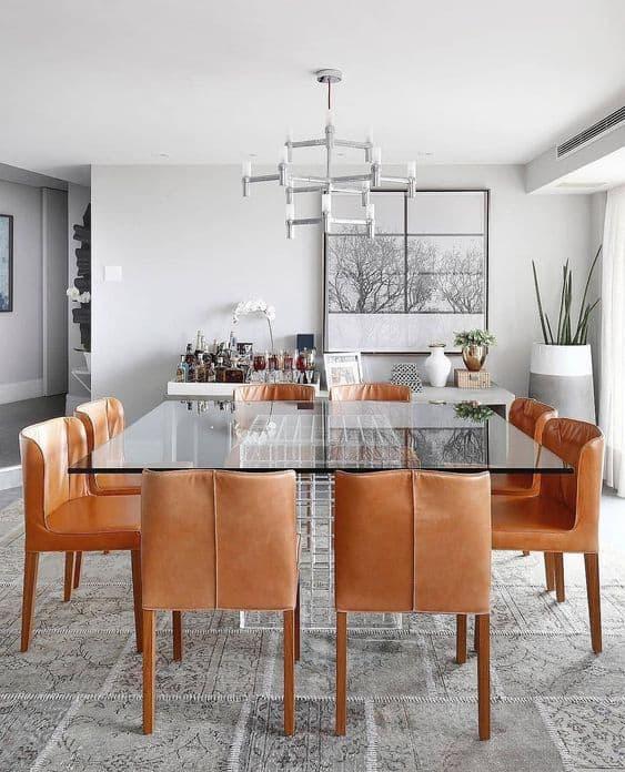 sala de jantar cinza com cadeiras em caramelo