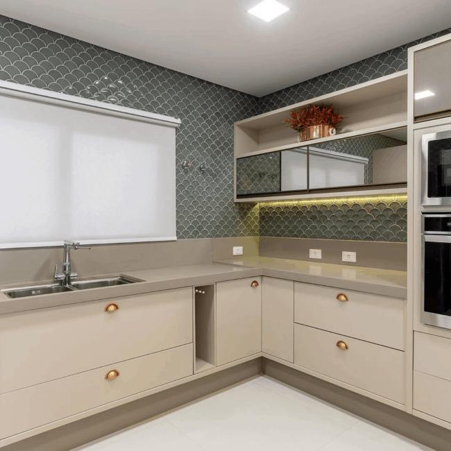 cozinha moderna com armarios planejados em cor areia