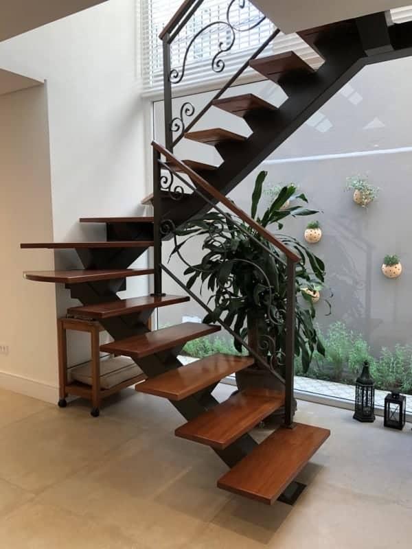escada espinha de peixe em U com degraus em madeira