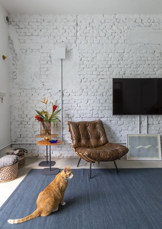 poltrona costela de couro marrom na decoracao da sala