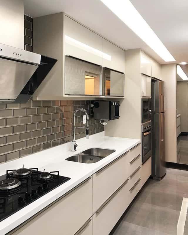 cozinha planejada pequena com armarios cor areia