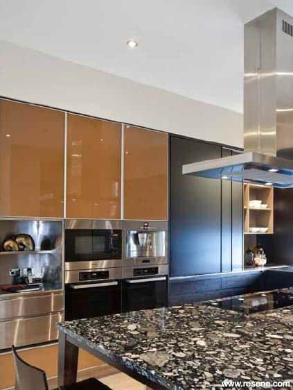 cozinha planejada com armarios caramelo