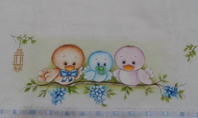 fralda de bebe pintada com familia de passarinhos