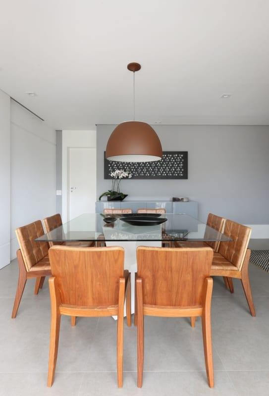 sala de jantar com cadeiras em caramelo
