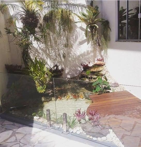 jardim externo com cascata de canto