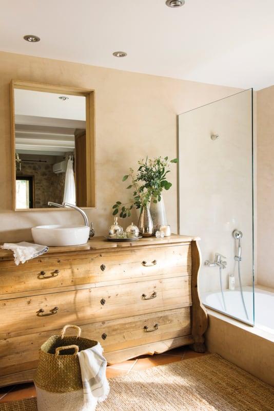 banheiro com movel rustico e parede areia