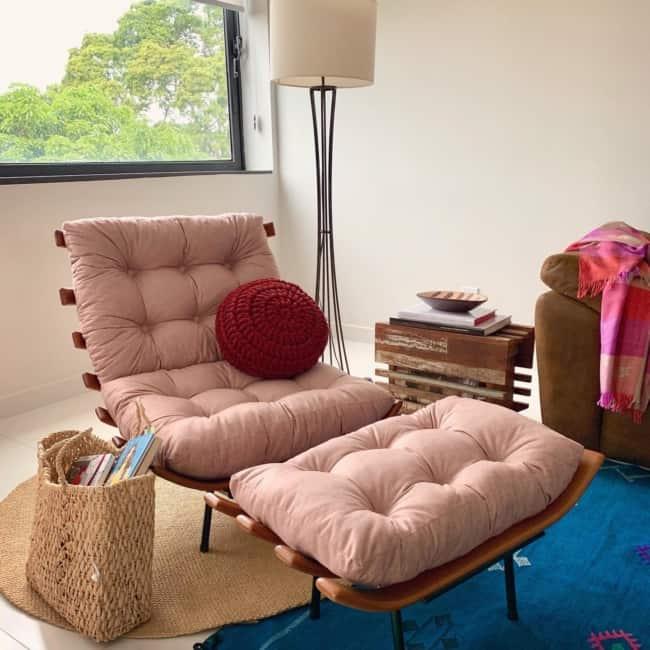 decoracao da sala com poltrona rosa costela