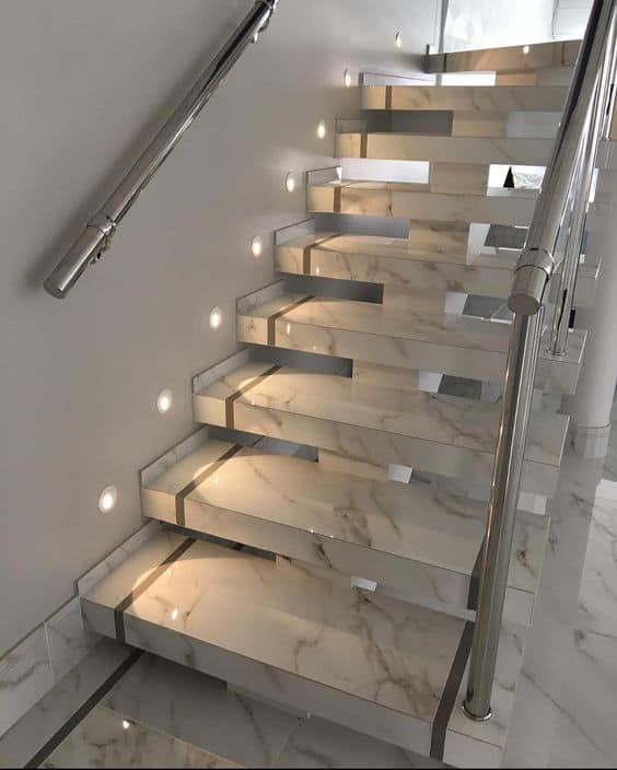 escada espinha de peixe com revestimento de porcelanato que imita marmore