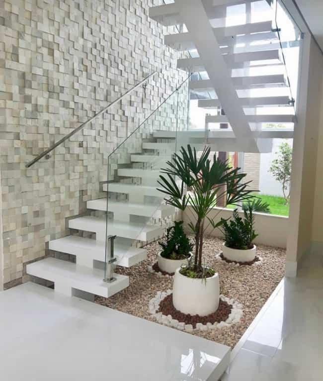 escada espinha de peixe com porcelanato branco