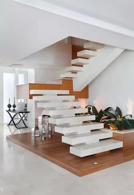 escada moderna com viga central e porcelanato