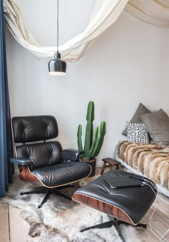 quarto com poltrona Charles Eames preta