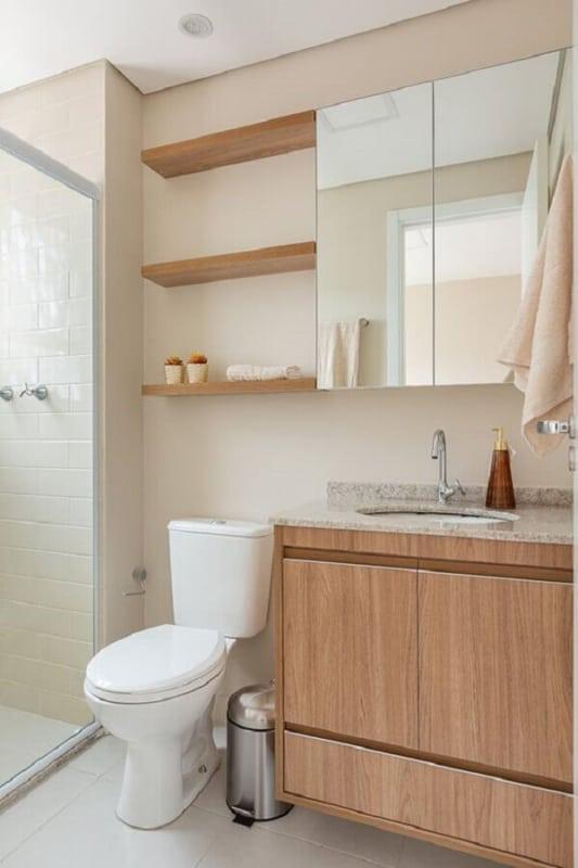 banheiro pequeno com cor areia e detalhes em madeira