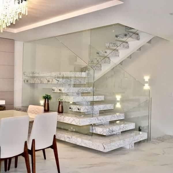 escada moderna com viga central e revestimento de porcelanato
