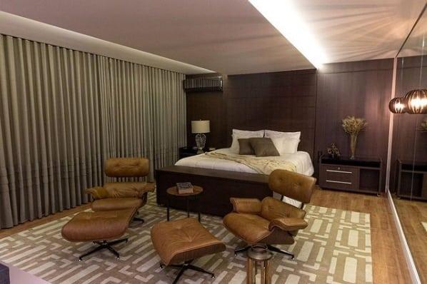 quarto de casal com poltronas Charles Eames caramelo