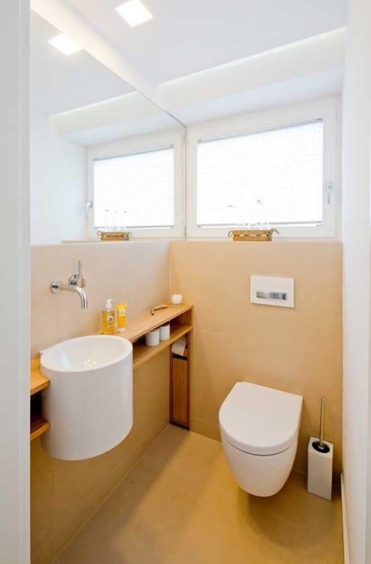 banheiro pequeno com meia parede cor areia