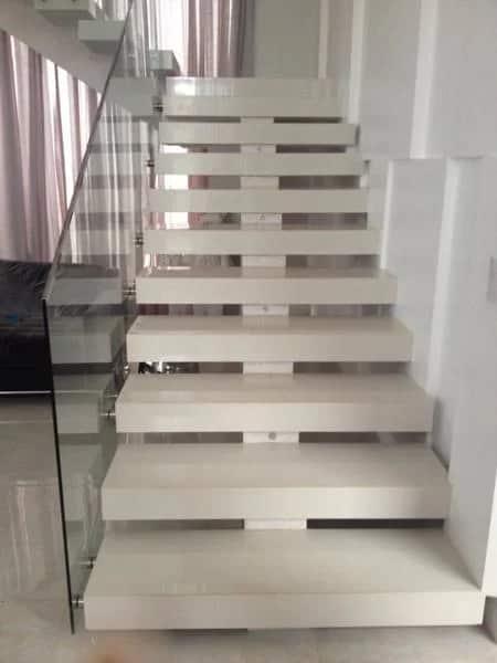 escada clean em porcelanato e viga central