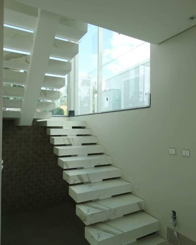 escada com viga central moderna